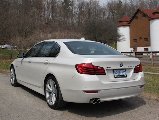 2014 寶馬 BMW 535d xDrive Metallic White rear view exhausts on a farm