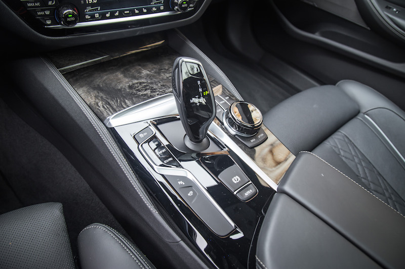 2017 BMW 540i xDrive center gear shifter