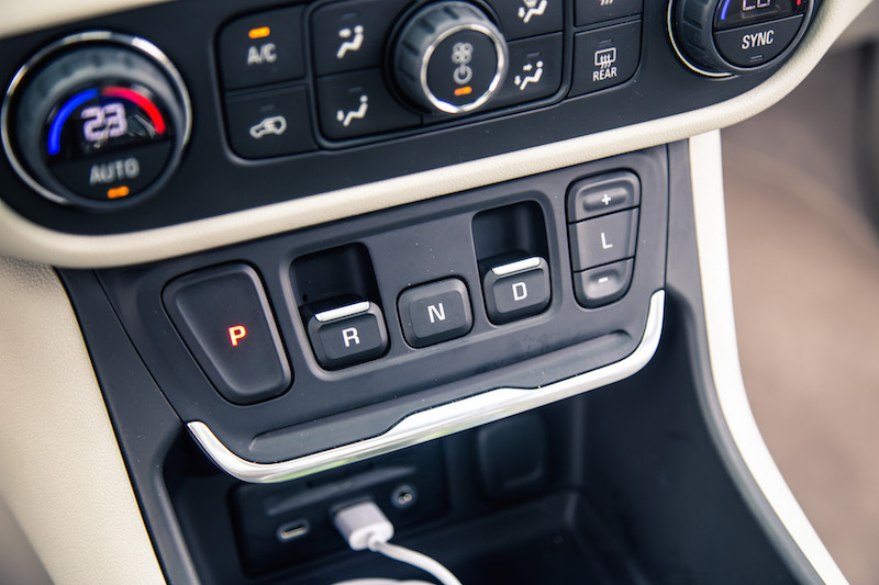 2018 GMC Terrain gear shifter push buttons
