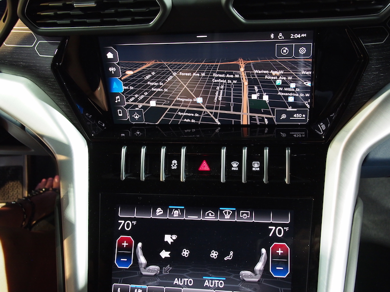 2019 Lamborghini Urus center display