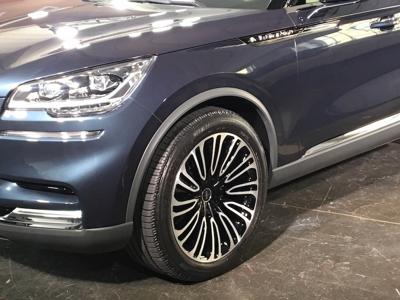2019 Lincoln Aviator 22-inch wheels