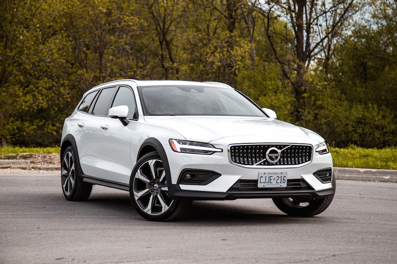 2019 Volvo V60 Cross Country front quarter view